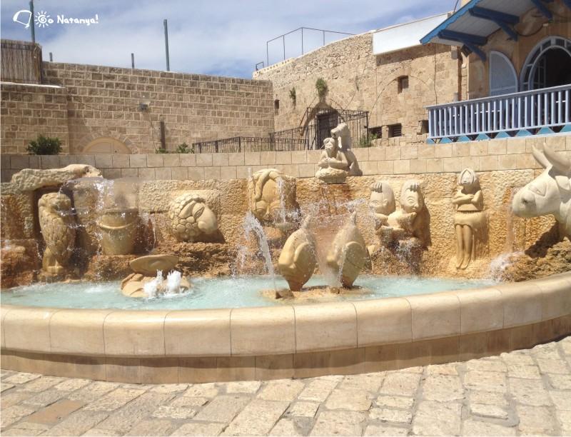 Можно долго спорить о том, чем руководствовался автор этого фонтана, при выборе таких изображений знаков Зодиака...
