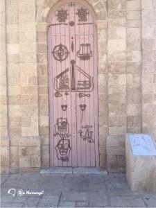 Орнамент на воротах выполнен в общем стиле и очень вписывается в него