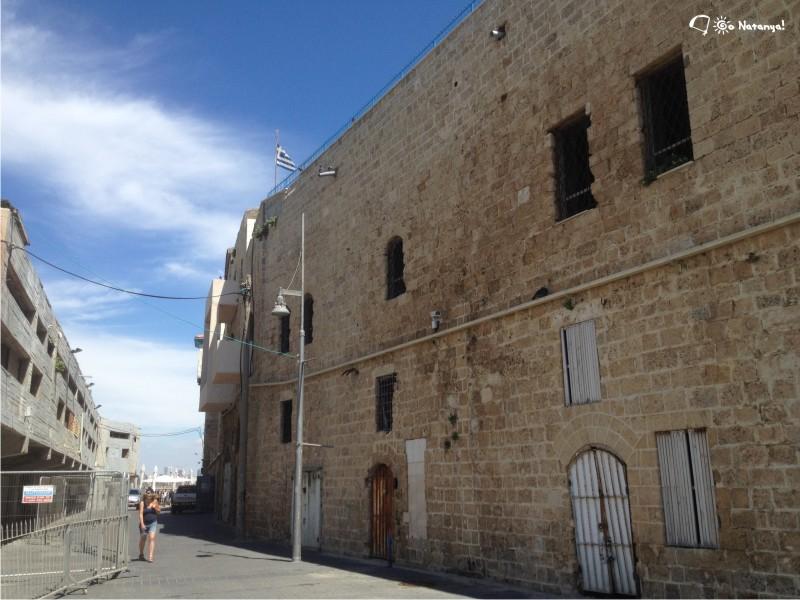 Над некоторыми зданиями развеваются флаги других государств, например, греческий